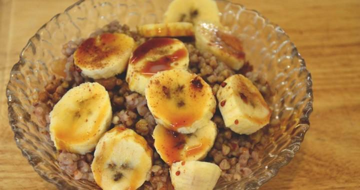 Buckwheat porridge with nuts, raisins cinnamon and fresh fruit
